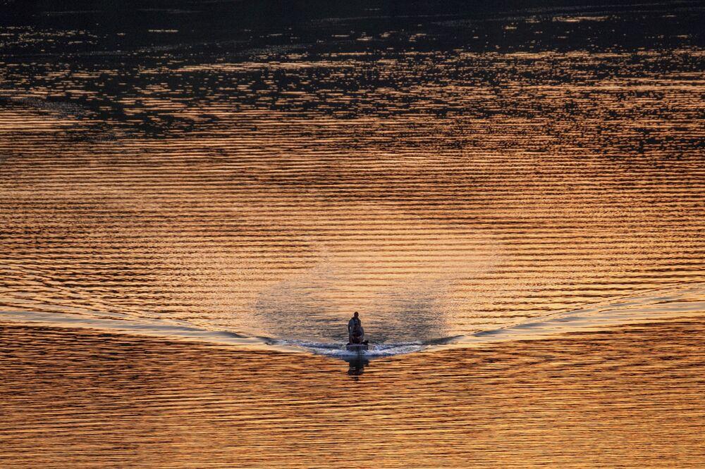 Un peschereccio sul fiume Potomac a Washington al tramonto, USA