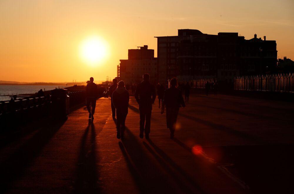 La gente al tramonto a Brighton and Hove, Gran Bretagna, il 4 aprile 2020