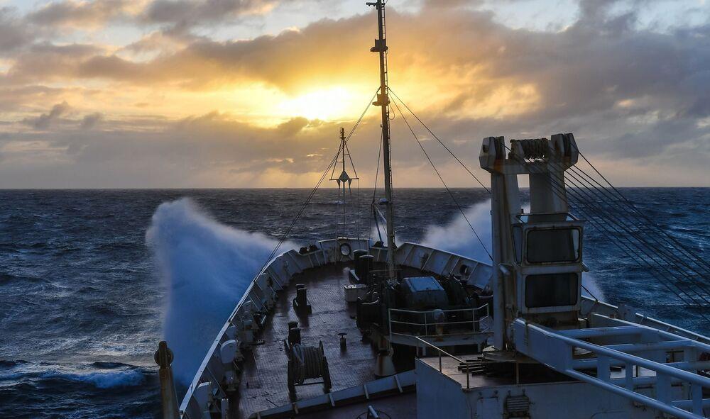 Tramonto durante una tempesta nell'Oceano Indiano