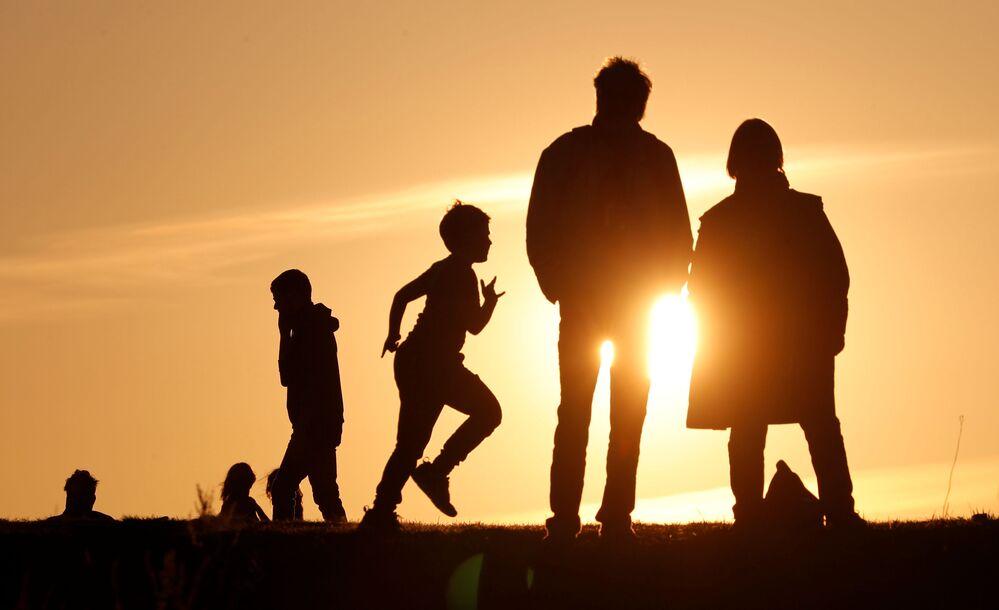 La gente al tramonto a Berlino, Germania, il 7 aprile 2020