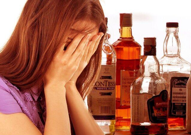 Una ragazza e le bevande alcoliche