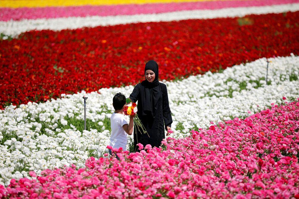 Una ragazzo con un mazzo di fiori in Israele.