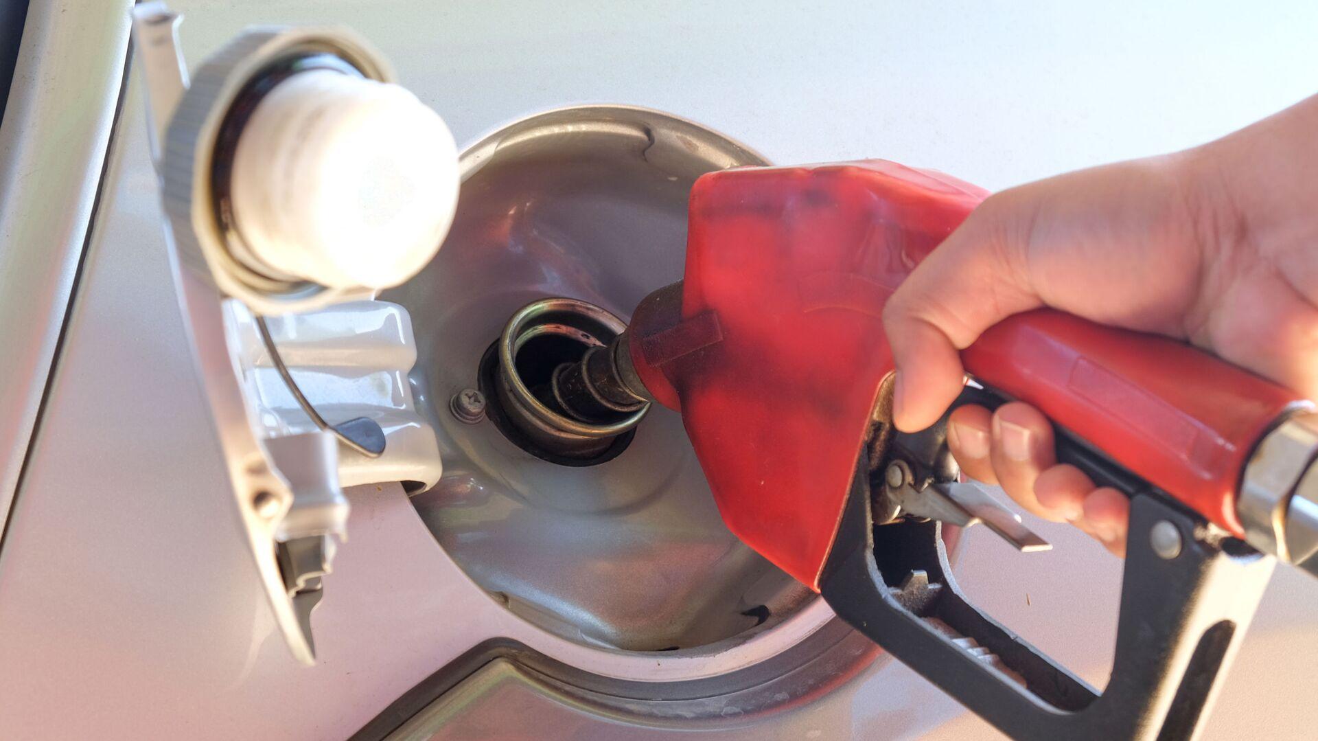 Un automobilista fa benzina al self service - Sputnik Italia, 1920, 18.05.2021