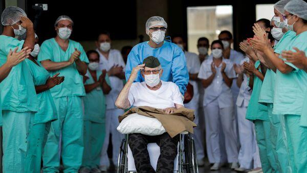 Un paziente brasiliano, veterano della II Guerra Mondiale, viene dimesso dall'ospedale dopo essere guarito da COVID-19 - Sputnik Italia
