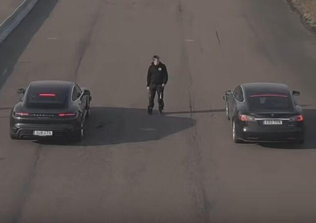 Gara tra una Porsche Taycan e Tesla Model S