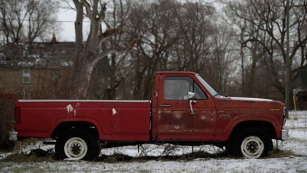 Un vecchio pick-up Ford F-250 arrugginito in un cortile di una casa a Detroit, Michigan, 8 gennaio 2015 - Sputnik Italia