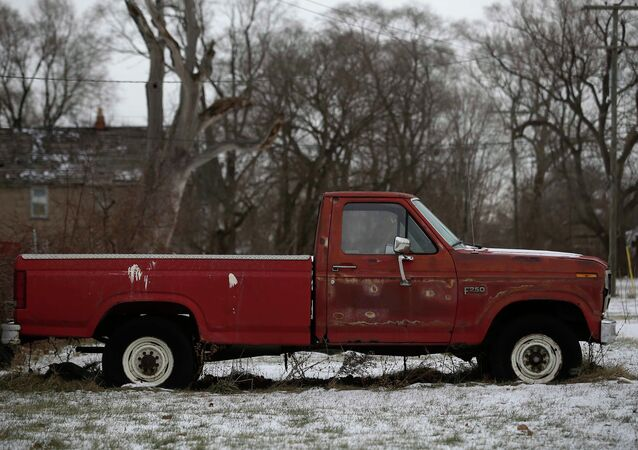 Un vecchio pick-up Ford F-250 arrugginito in un cortile di una casa a Detroit, Michigan, 8 gennaio 2015
