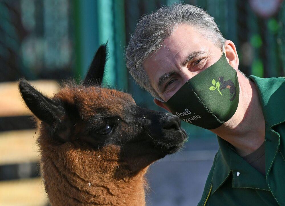 Oleg Chipura, impiegato dello zoo di Roev Ruchey con un cucciolo di nome Chernomor