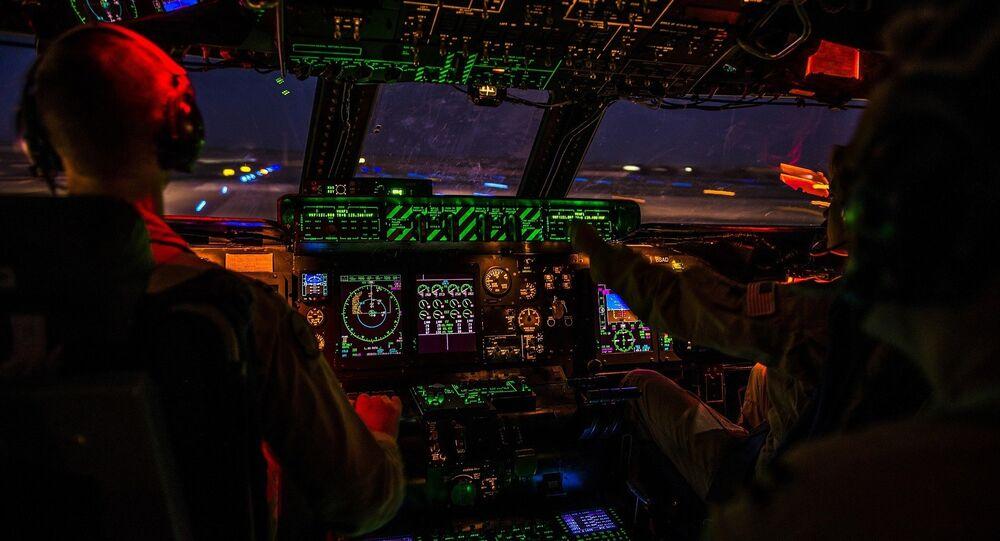 Cabina di pilotaggio di aereo (foto d'archivio)