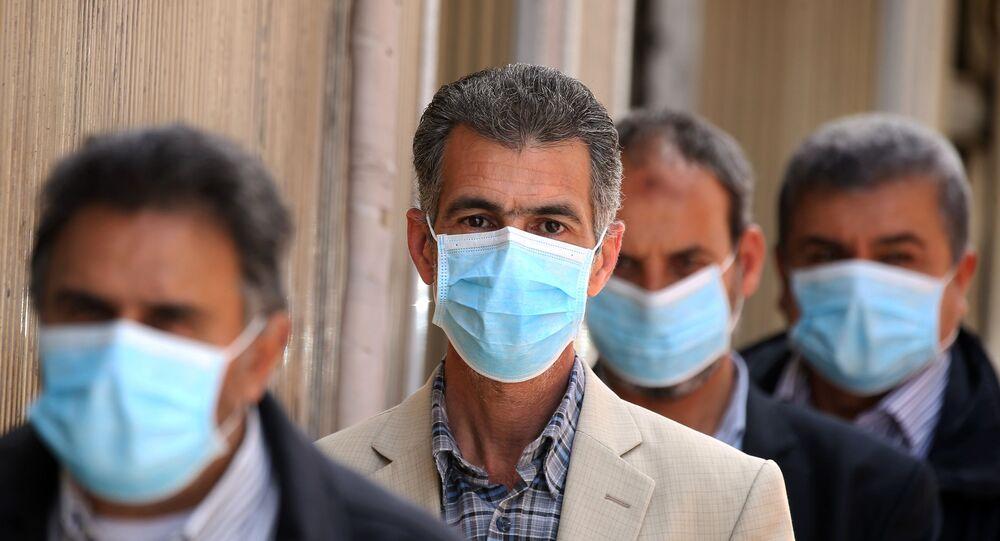 Libici mentre fanno la fila in banca con maschere chirurgiche, Tripoli 1° aprile 2020