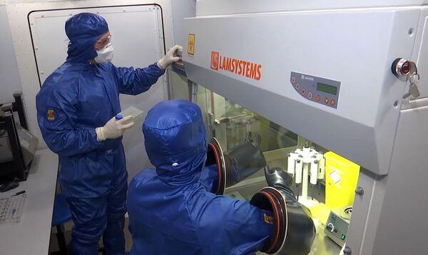 Il lavoro svolto dagli specialisti russi nel laboratorio da campo sito presso la base aerea di Orio al Serio, in provincia di Bergamo. - Sputnik Italia
