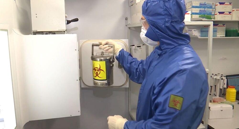 Il lavoro svolto dagli specialisti russi nel laboratorio da campo sito presso la base aerea di Orio al Serio, in provincia di Bergamo.