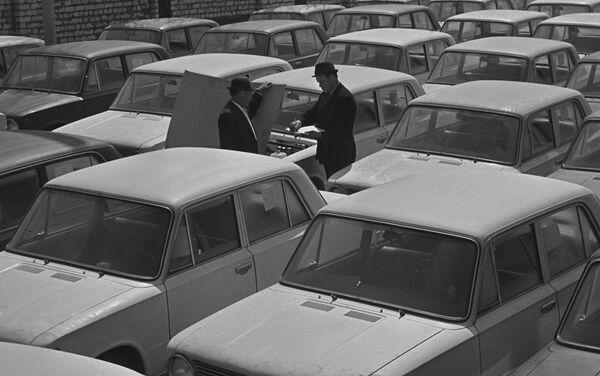 La Fabbrica Automobilistica del Volga a Togliatti. Le auto VAZ-2101 pronte per la vendita. - Sputnik Italia