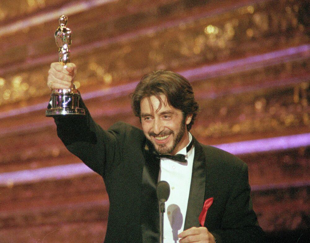 Al Pacino con Oscar al miglior attore del 1993 per il film Profumo di donna