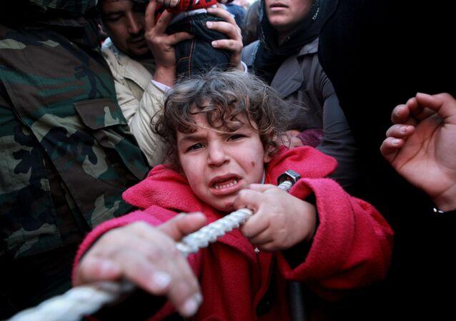Migliaia di persone disperate in fuga verso l'Europa non perché Washington ha fomentato nella regione le guerre contro i regimi non graditi, ma per l'eccessiva attività della Russia?