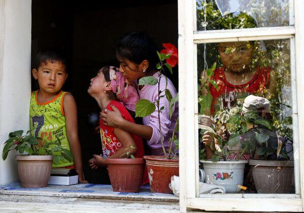Bambini kirghisi nella zona di Dzhalal Abad, al confine con l'Uzbekistan, piangono i loro cari morti negli scontri interetnici del 2013. - Sputnik Italia