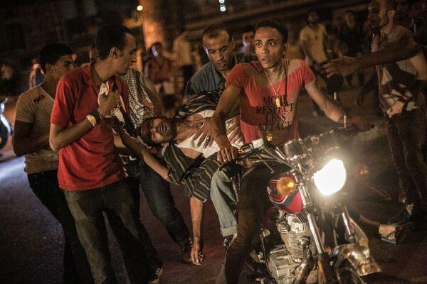 Feriti al Cairo vengono portati via in moto. - Sputnik Italia