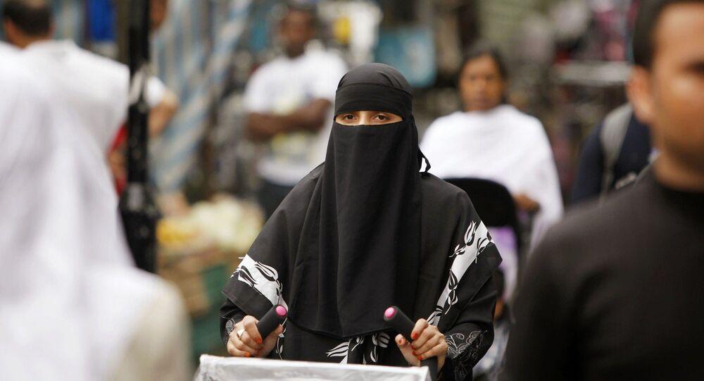 Una donna indossa il burqa