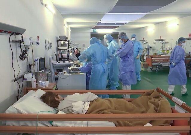 I medici militari russi al lavoro nell'ospedale da campo a Bergamo