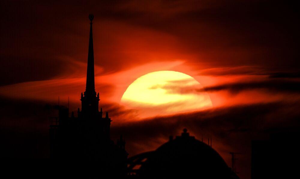Il tramonto dietro il Kudrinskaya Square Building, a Mosca, Russia