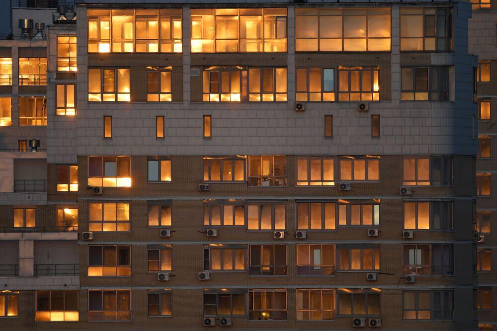 Il sole si riflette nelle finestre delle case a Mosca, Russia