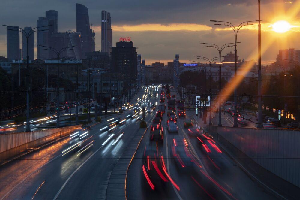 Le macchine al tramonto a Mosca, Russia