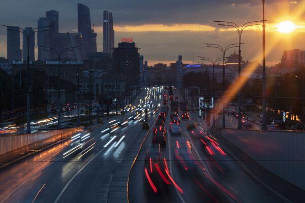 Le macchine al tramonto a Mosca, Russia - Sputnik Italia
