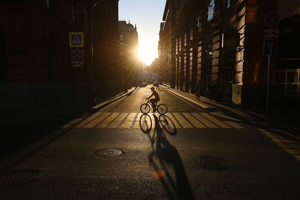 Un ciclista nel centro della città di Mosca, Russia