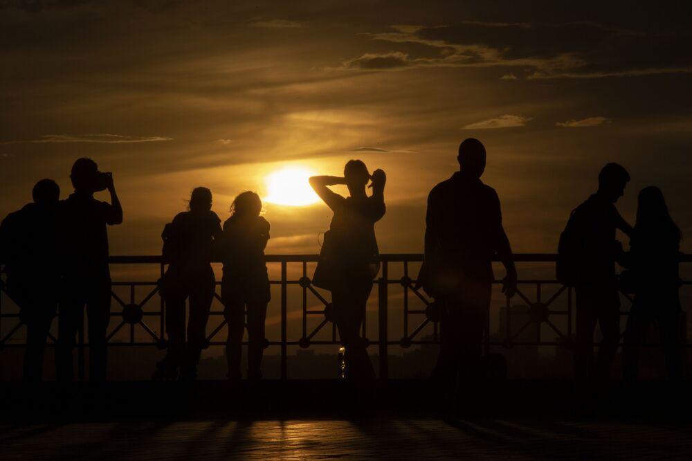 La gente al tramonto a Mosca prima dello scoppio dell'epidemia del coronavirus, Russia