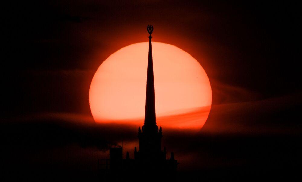 Il tramonto dietro il Kudrinskaya Square Building a Mosca, Russia