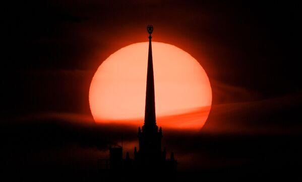 Il tramonto dietro il Kudrinskaya Square Building a Mosca, Russia - Sputnik Italia