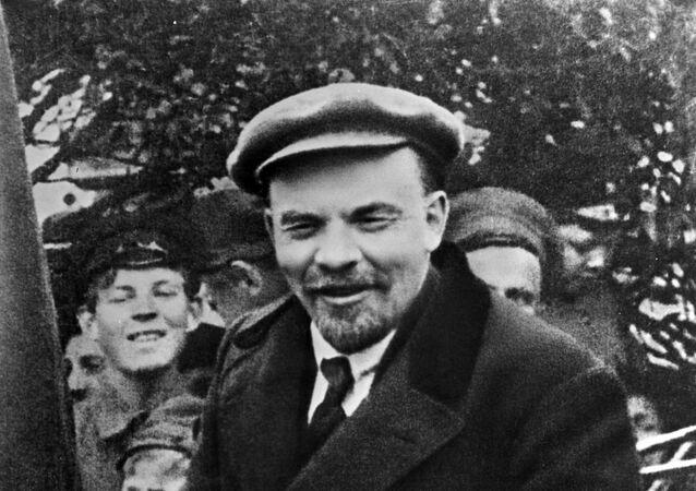 Vladimir Lenin in un'auto prima di partire dalla Piazza Rossa nel giorno della solidarietà internazionale dei lavoratori il 1 maggio 1919