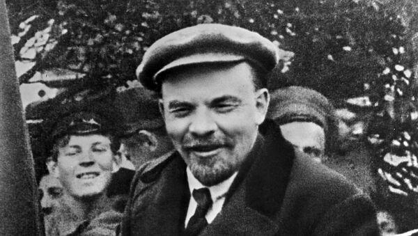 Vladimir Lenin in un'auto prima di partire dalla Piazza Rossa nel giorno della solidarietà internazionale dei lavoratori il 1 maggio 1919 - Sputnik Italia