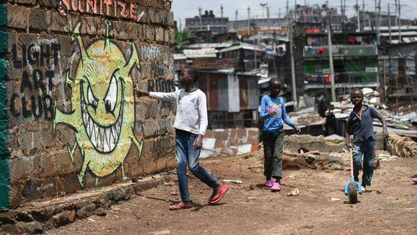 Подростки около граффити, предупреждающем людей о риске возникновения коронавируса COVID-19, в трущобах Найроби, Кения - Sputnik Italia