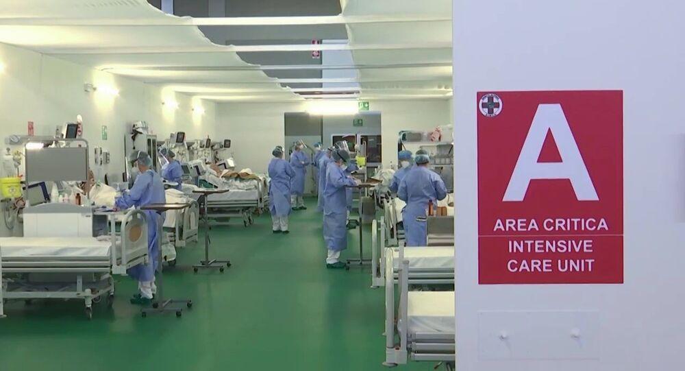 Medici militari russi al lavoro nell'ospedale da campo a Bergamo