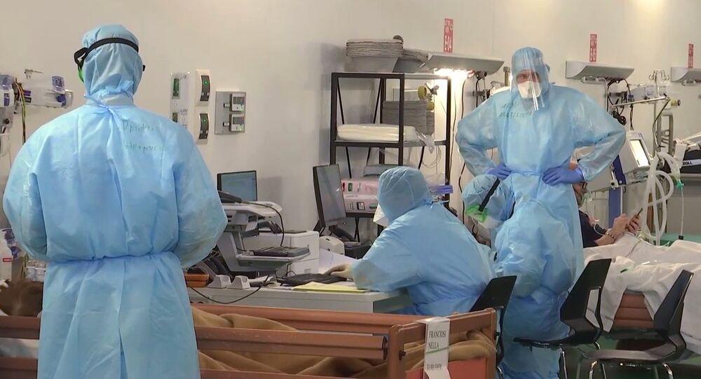 Medici militari russi al lavoro nell'ospidale da campo a Bergamo