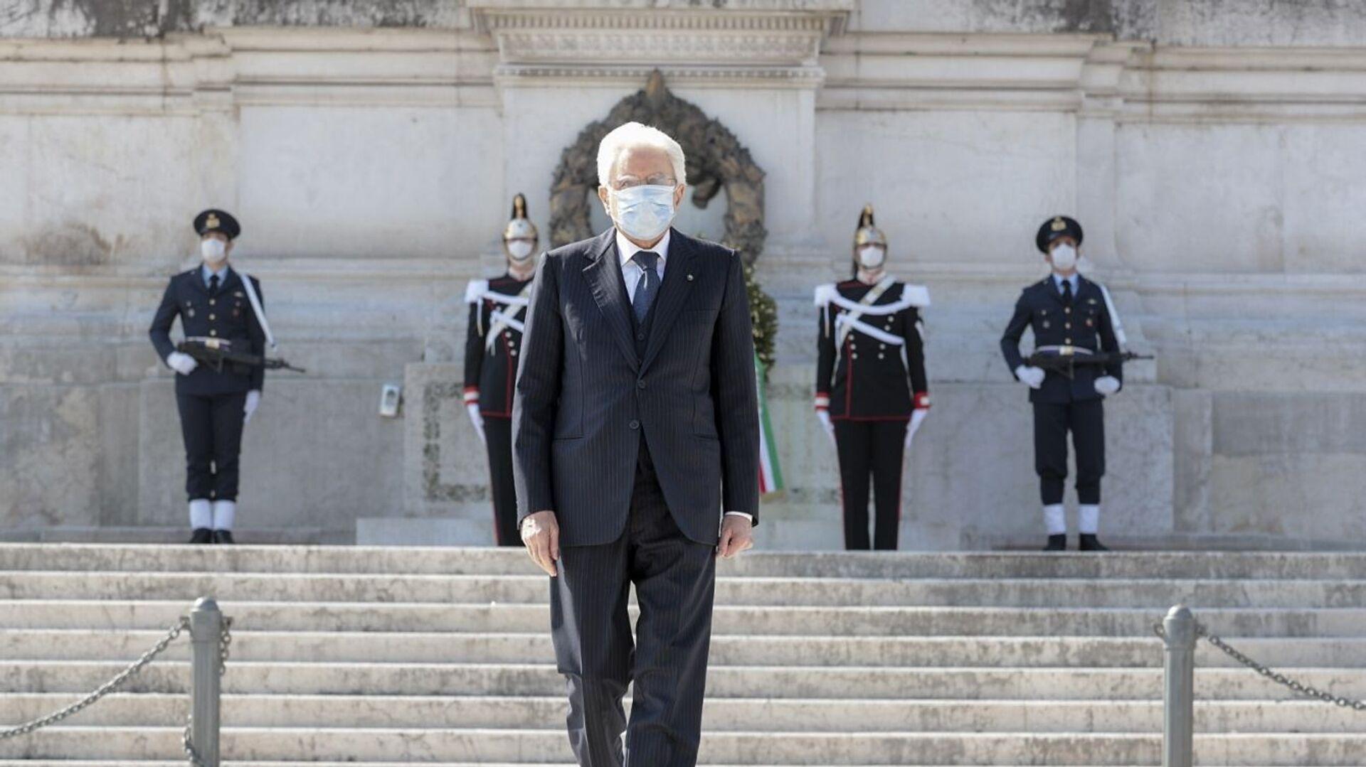 Il Presidente Sergio Mattarella in occasione della deposizione di una corona d'alloro sulla Tomba del Milite Ignoto, nella ricorrenza del 75° anniversario della Liberazione - Sputnik Italia, 1920, 18.05.2021