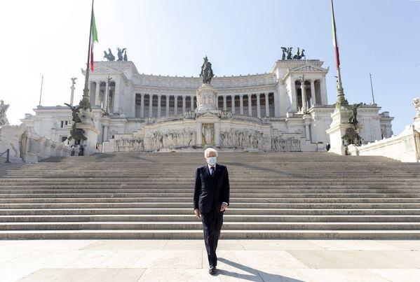 Il Presidente Sergio Mattarella in occasione della deposizione di una corona d'alloro sulla Tomba del Milite Ignoto, nella ricorrenza del 75° anniversario della Liberazione. - Sputnik Italia