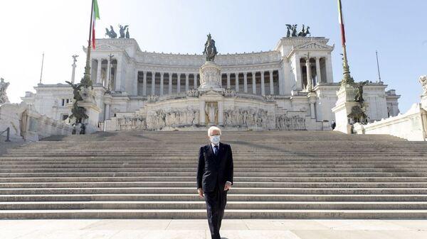 Il Presidente Sergio Mattarella in occasione della deposizione di una corona d'alloro sulla Tomba del Milite Ignoto, nella ricorrenza del 75° anniversario della Liberazione - Sputnik Italia