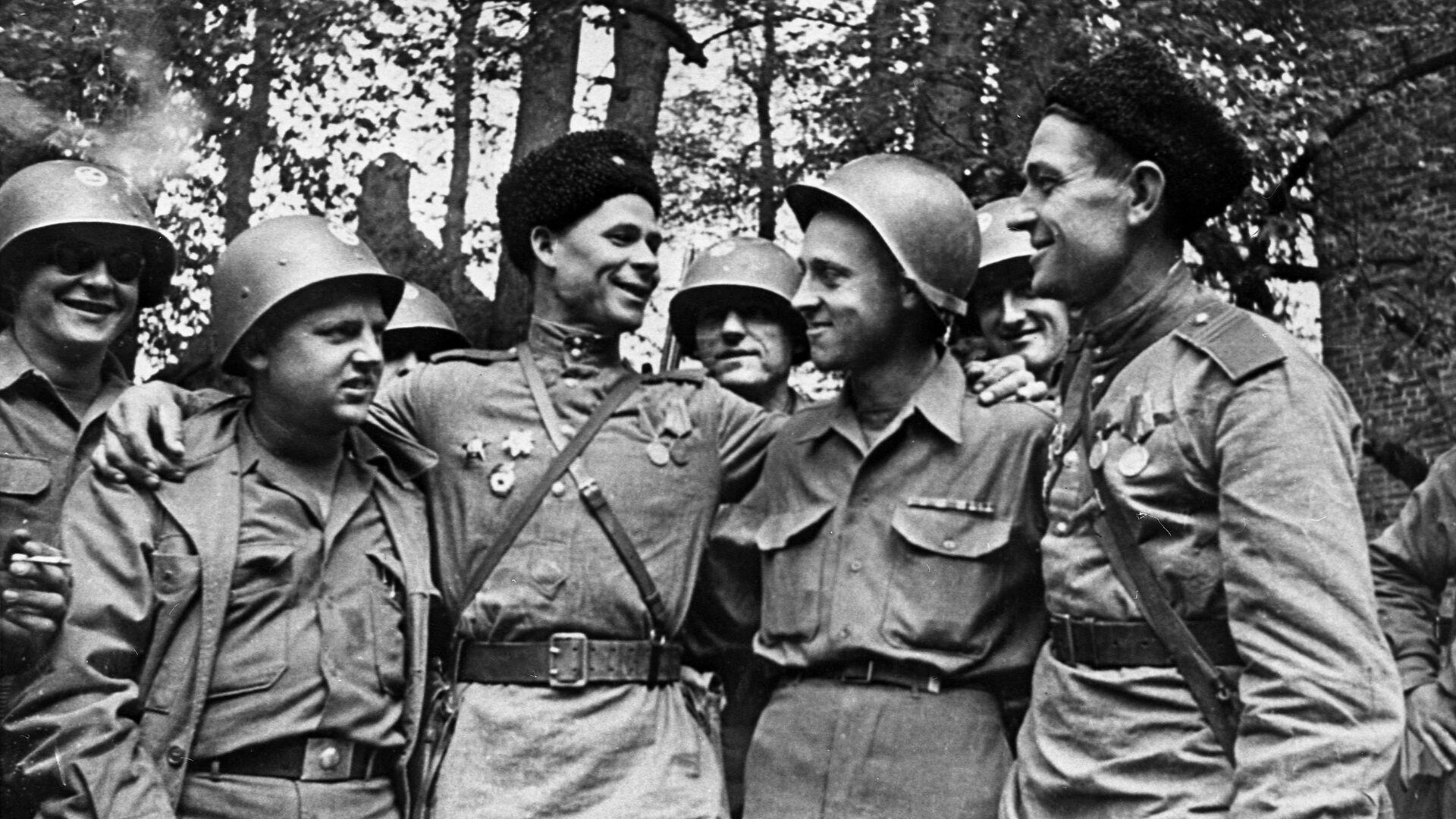Nel mese di aprile 1945 i soldati sovietici e americani si incontrarono sul fiume Elba in Germania - Sputnik Italia, 1920, 22.06.2021