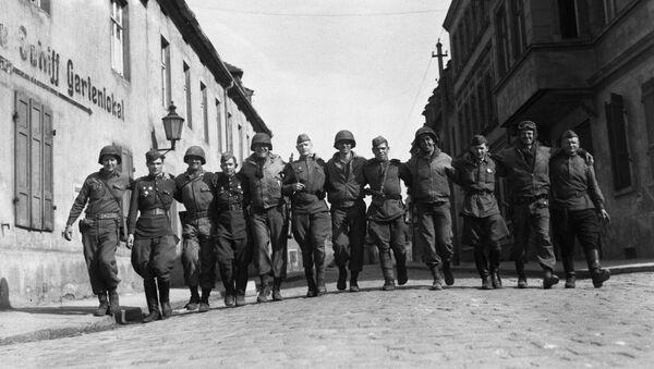 25 aprile 1945 i soldati sovietici e americani si incontrarono sul fiume Elba in Germania - Sputnik Italia