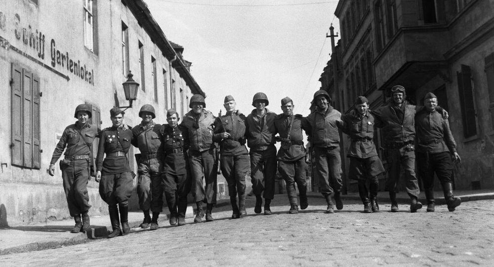 25 aprile 1945 i soldati sovietici e americani si incontrarono sul fiume Elba in Germania