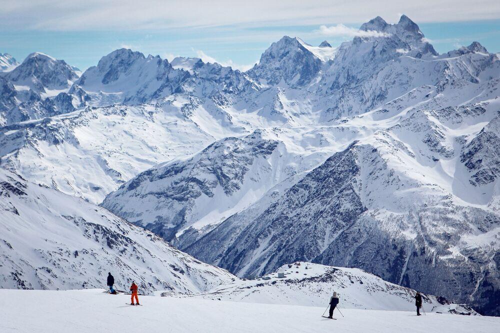 Il vulcano Elbrus con i suoi 5642 metri è la vetta più alta del Caucaso, Russia