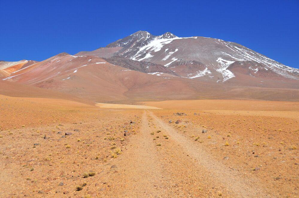 Il Llullaillaco è un vulcano che si trova nelle Ande, sul confine tra Cile e Argentina, e la sua cima raggiunge i 6.723 metri.