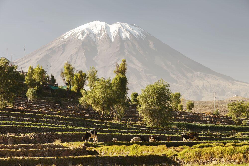 """El Misti, noto anche come """"Guagua-Putina"""" è uno stratovulcano situato nel Perù meridionale"""