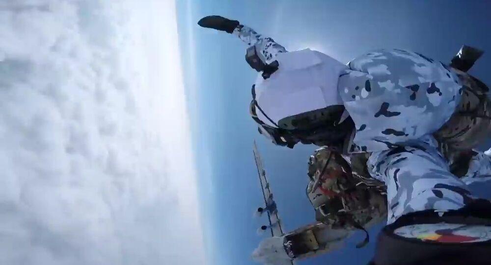 Truppe aviotrasportate russe si paracadutano dal confine inferiore della stratosfera