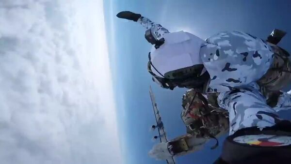 Truppe aviotrasportate russe si paracadutano dal confine inferiore della stratosfera - Sputnik Italia