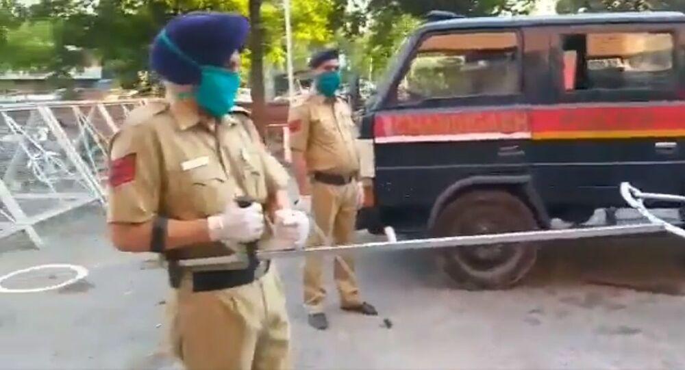 La polizia di Chandigarh ha ideato questo modo unico di combattere i sospetti malati di coronavirus e i violatore delle restrizioni non cooperanti