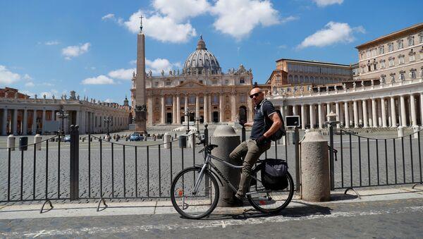 Un ciclista vicino alla piazza San Pietro deserta in Vaticano - Sputnik Italia
