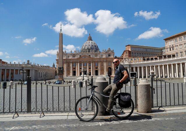 Un ciclista vicino alla piazza San Pietro deserta in Vaticano